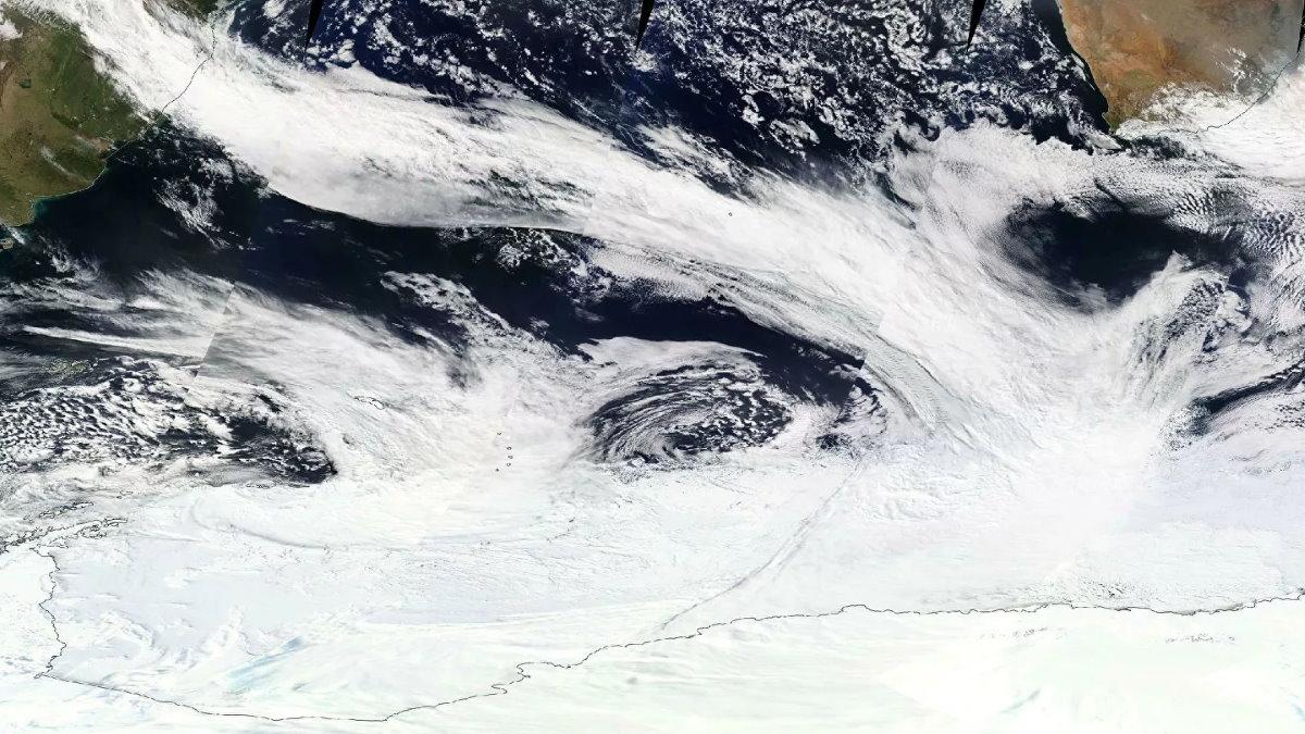 Полоса облаков теплого атмосферного течения от Южной Америки до Антарктиды 16 сентября 2017 года