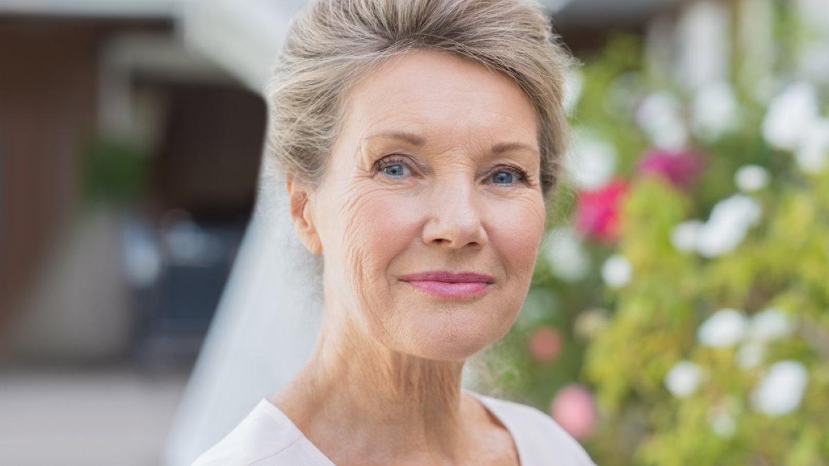 Счастливая пожилая женщина бабушка долголетие два