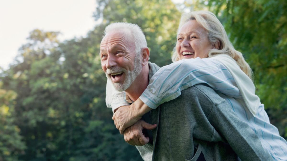 Счастливая пожилая пара долголетие три