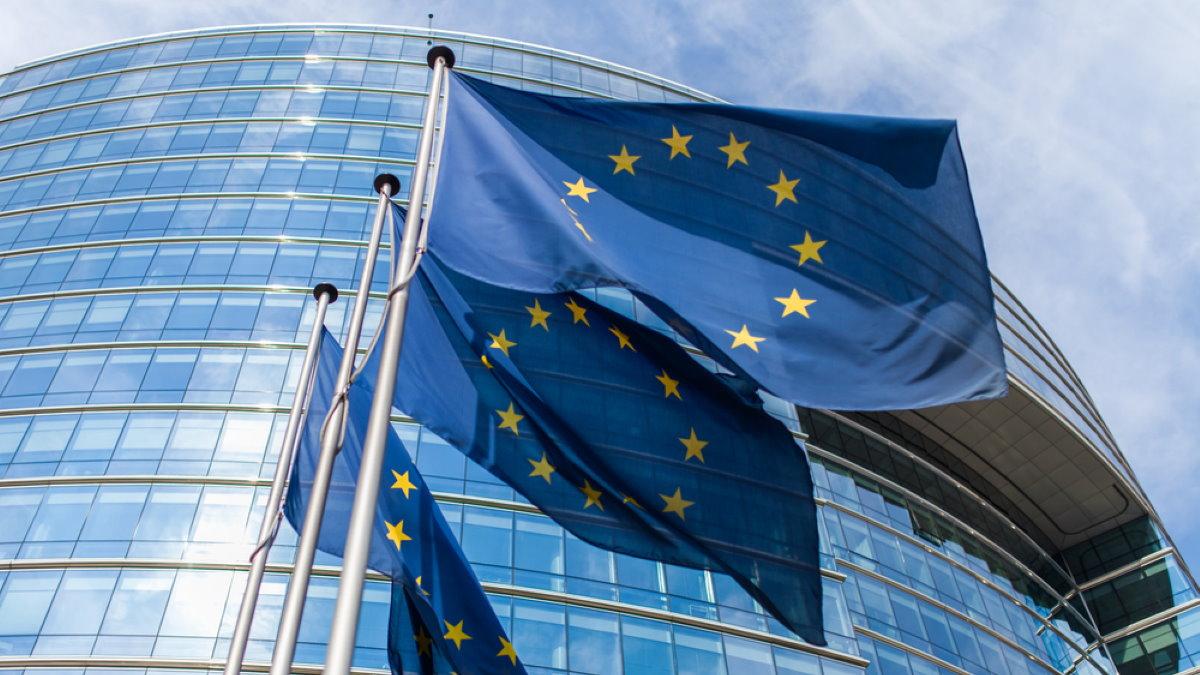 Евросоюз ЕС Европа Еврокомиссия флаги Брюссель три