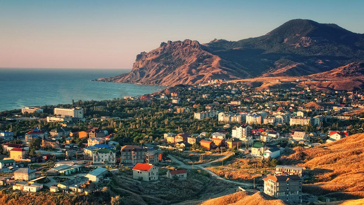 Курортный город Крыма горы черное море один