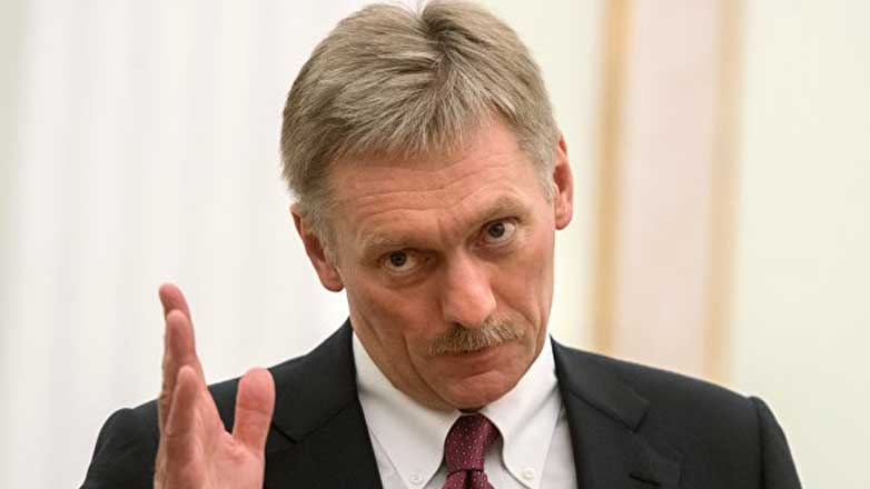 Дмитрий Песков наклонил голову рука вверх