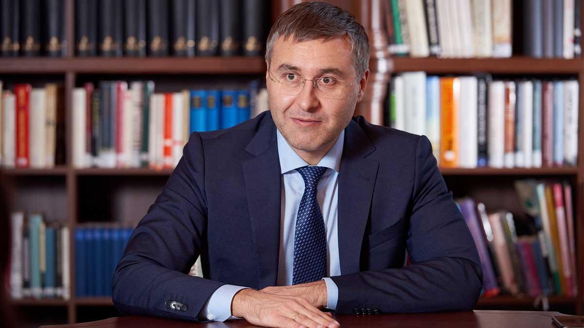 Глава Минобрнауки Валерий Фальков сидит за столом