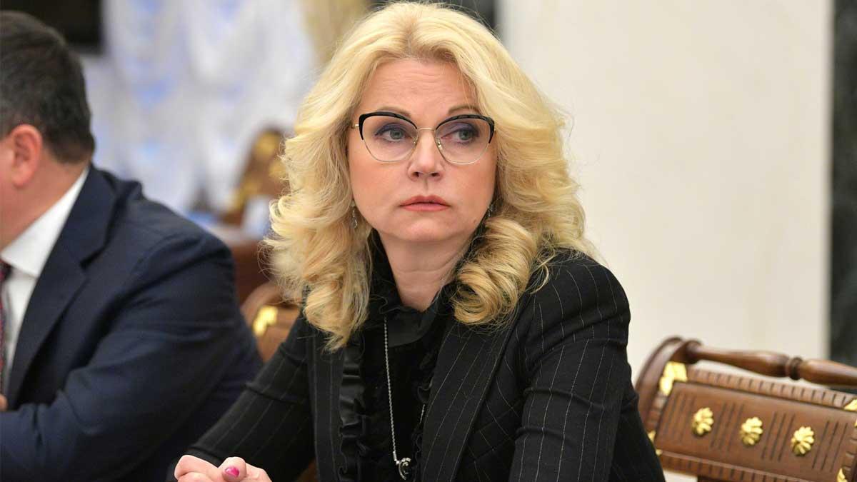 Голикова Татьяна Алексеевна сидит за столом