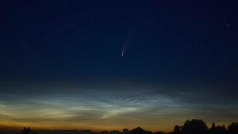 Комета NEOWISE в небе