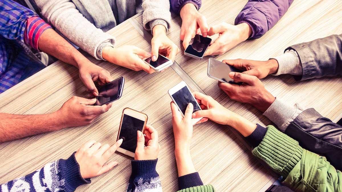 Люди сидят в телефонах социальные сети