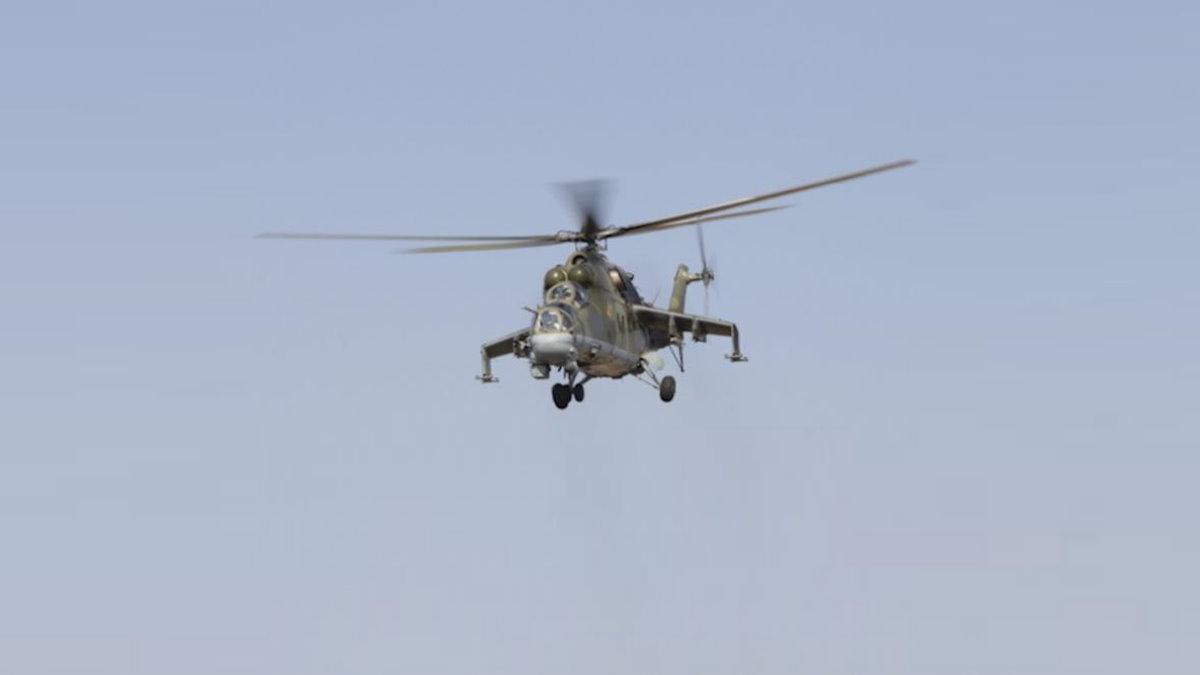 Российский ударный вертолёт Ми-24 в небе один