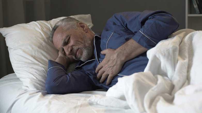 Мужчина спит сердце болит