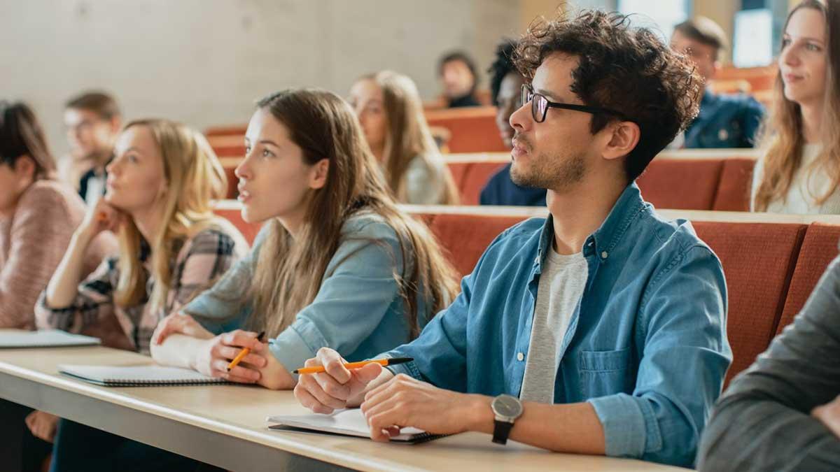 Студенты в аудитории обучение