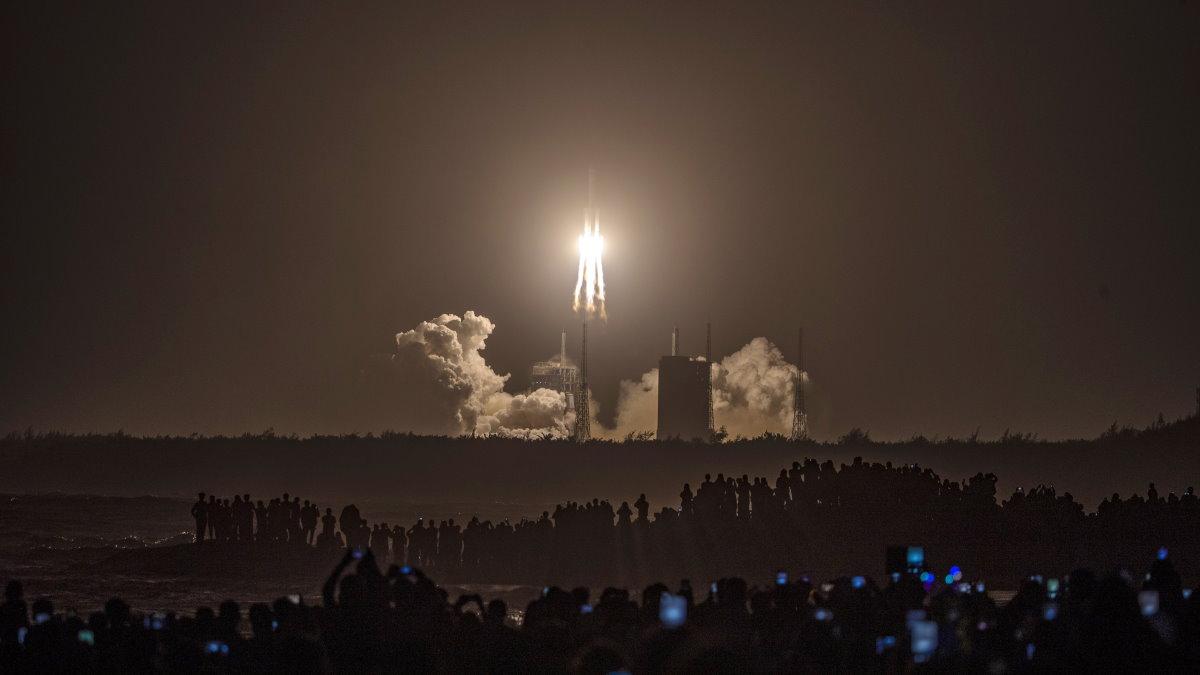 Запуск ракеты-носителя Long March-5 - Чанчжэн-5 с космическим аппаратом Чанъэ-5