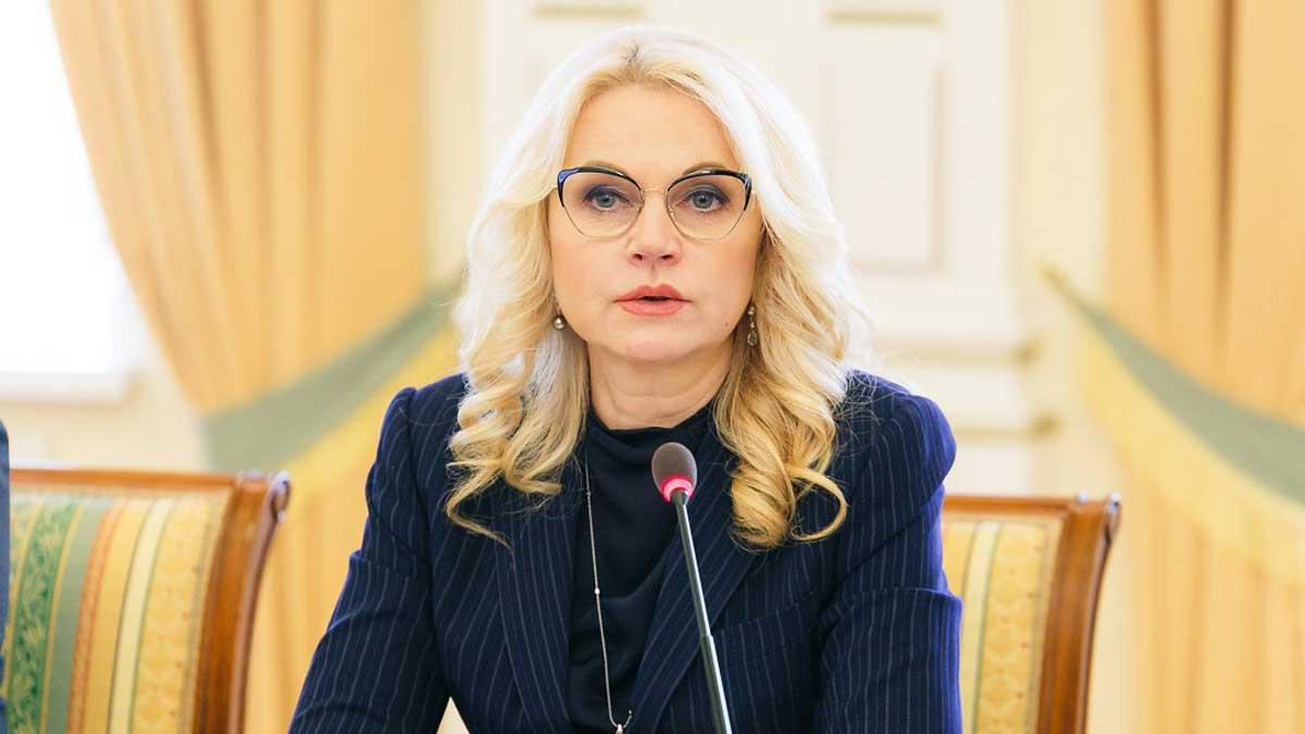 Татьяна Голикова сидит за столом