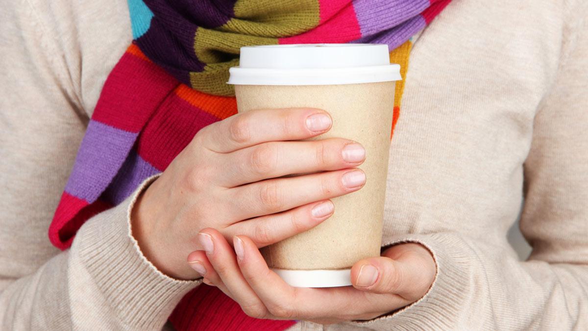 бумажный стакан в руках кофе чай горячий