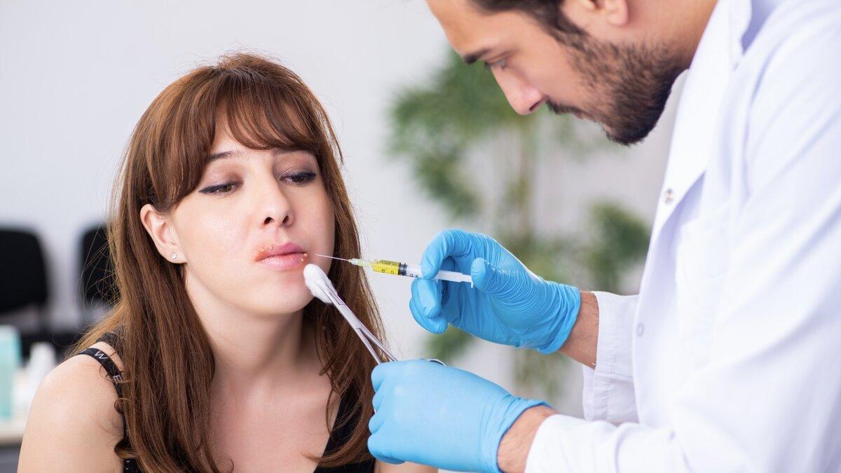 дерматолог с пациенткой