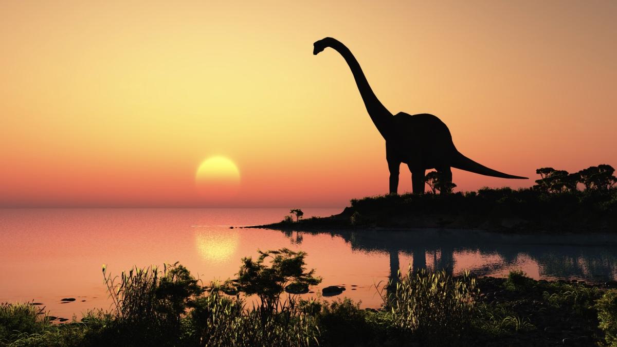 динозавр на берегу моря