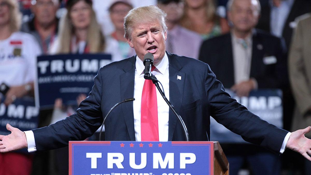 дональд трамп на трибуне разводит руками