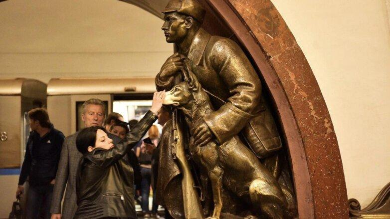 "скульптура на станции ""Площадь Революции"""