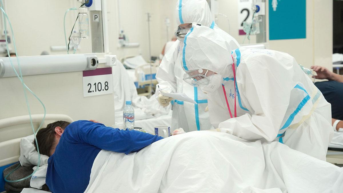 коронавирус врачи в защитных костюмах госпиталь больница
