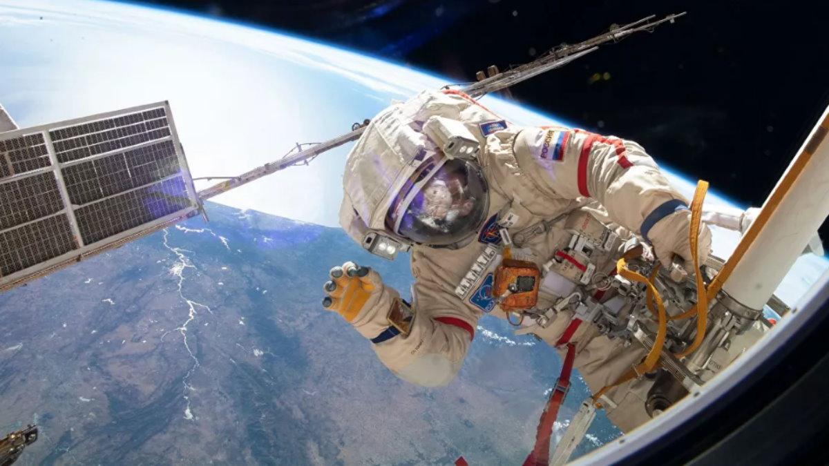 Российский космонавт в открытом космосе МКС Земля один