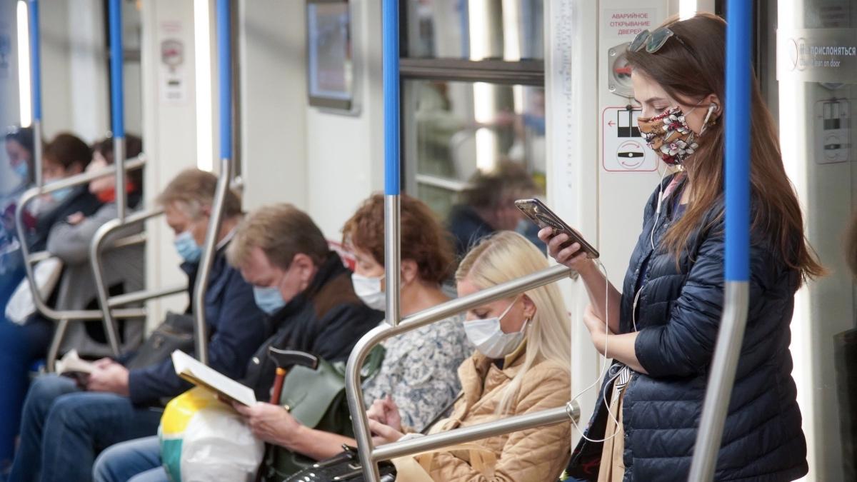 пассажиры в метро в масках