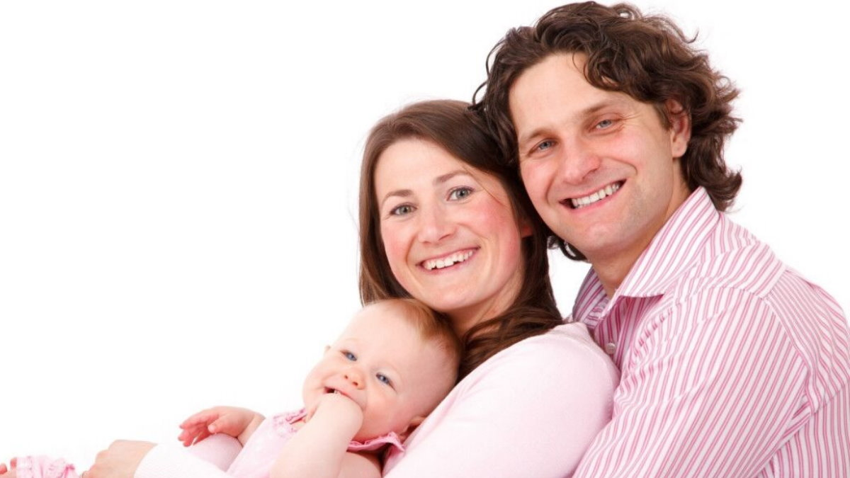 Счастливая молодая семья ребёнок пособие денежная выплата материнский капитал