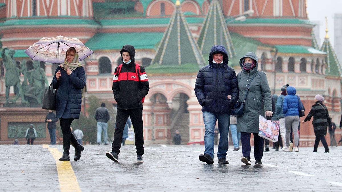 Красная площадь холодная дождливая погода в москве