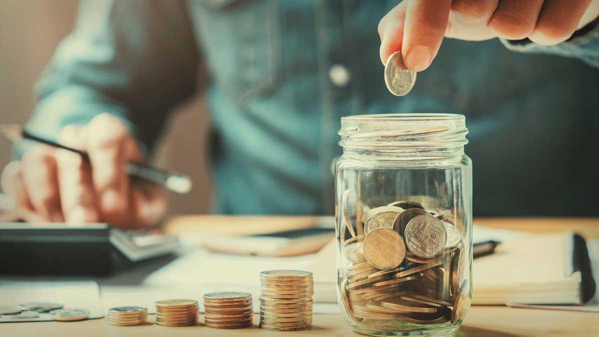 складывает монеты деньги в банку