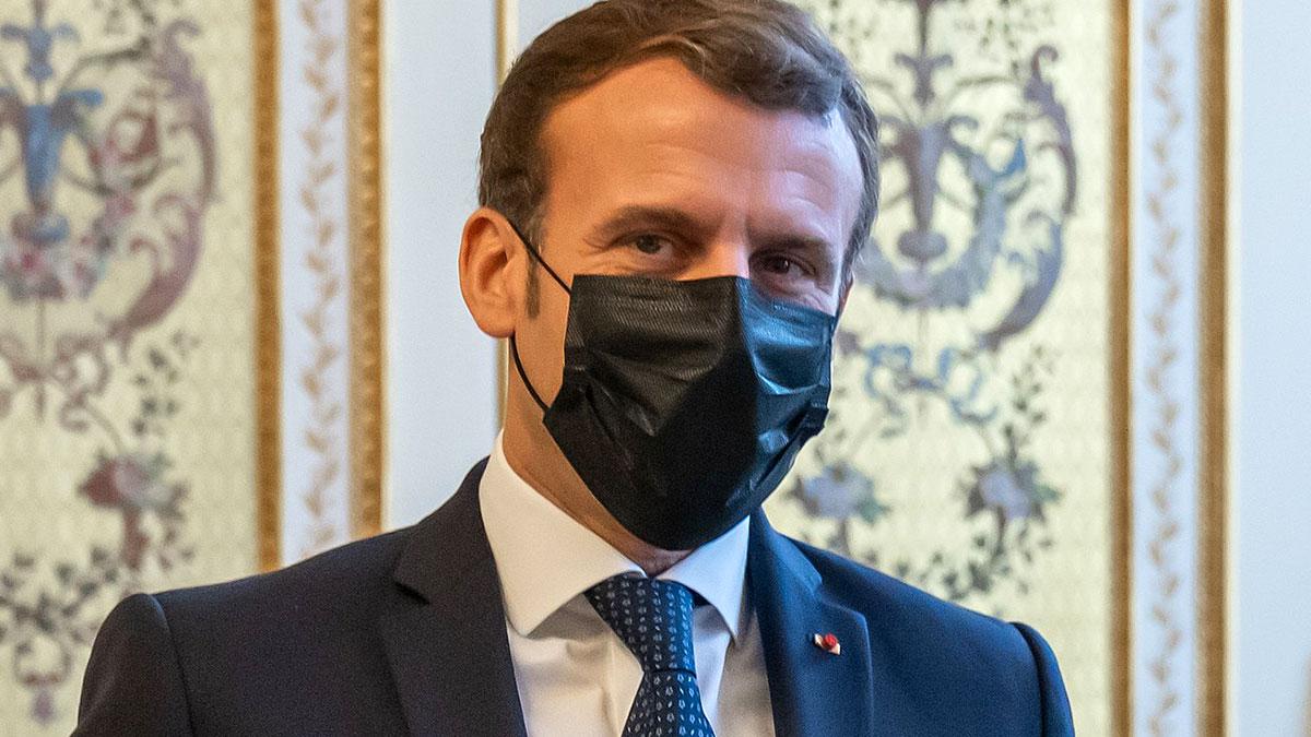 президент франции Эмманюэль Макрон в маске