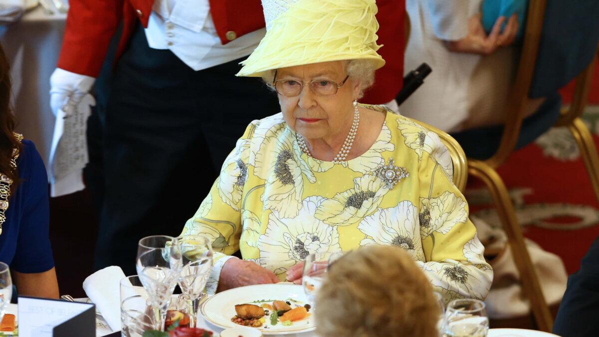 Королева Великобритании Елизавета вторая II за обеденным столом