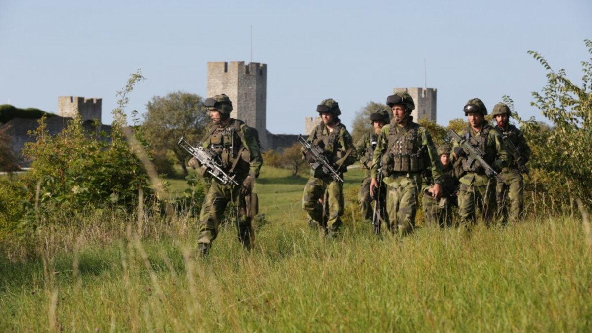 Шведский военный патруль возле Висбю армия солдаты