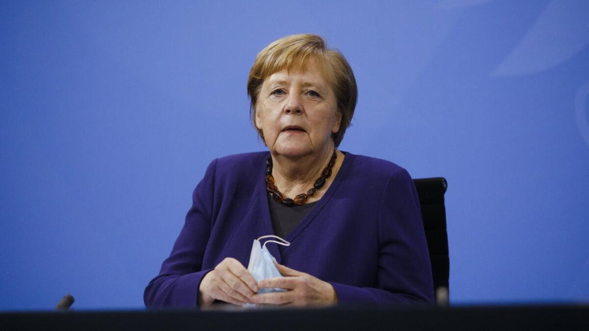 Ангела Меркель маска в руках