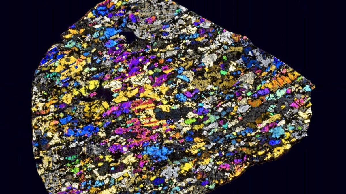 Срез одного из фрагментов 2008 TC3 в поляризованном свете метеорит