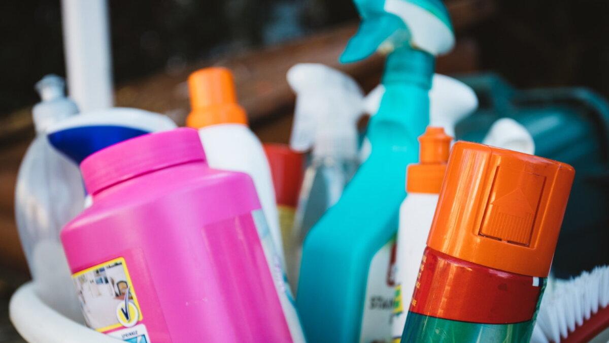 Моющие чистящие средства бытовая химия спреи близко