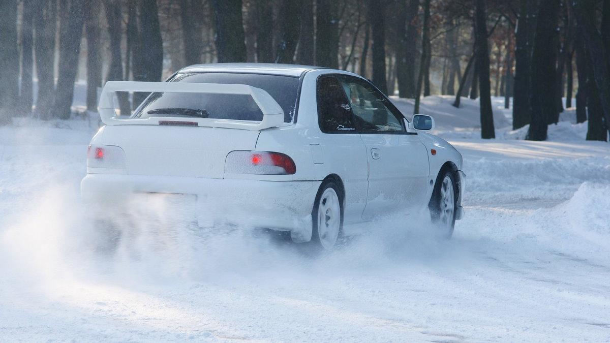 Машину занесло занос скользкая зимняя дорога