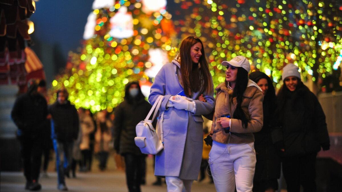 Новый год улица люди гуляют новогодние праздники
