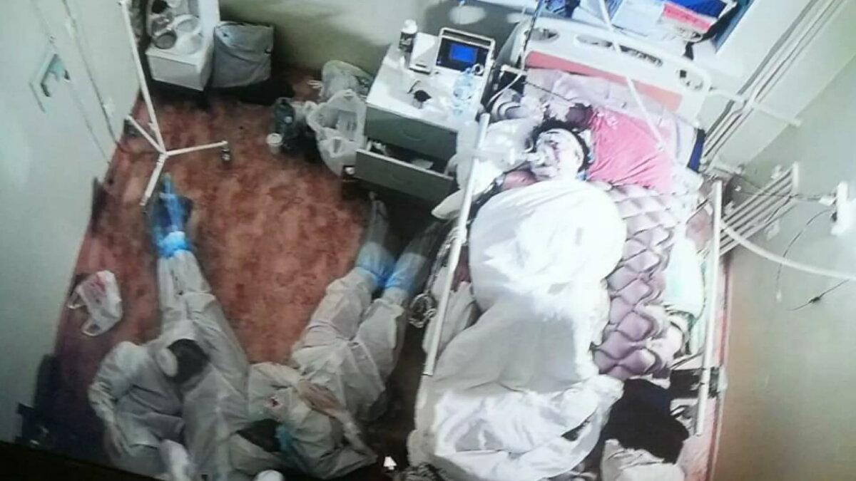 врачи отдыхают на полу