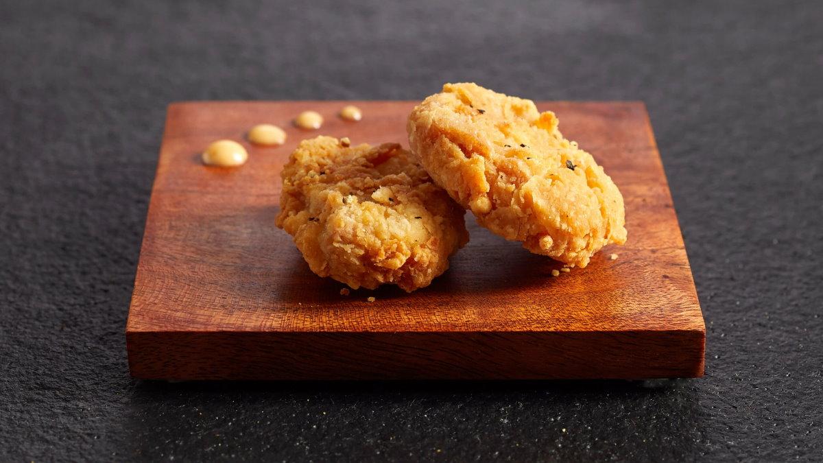 Приготовленные во фритюре кусочки культивированного мяса курицы