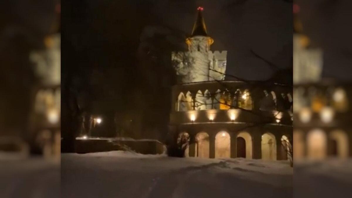 Максим Галкин показал свой заснеженный замок с новогодней подсветкой