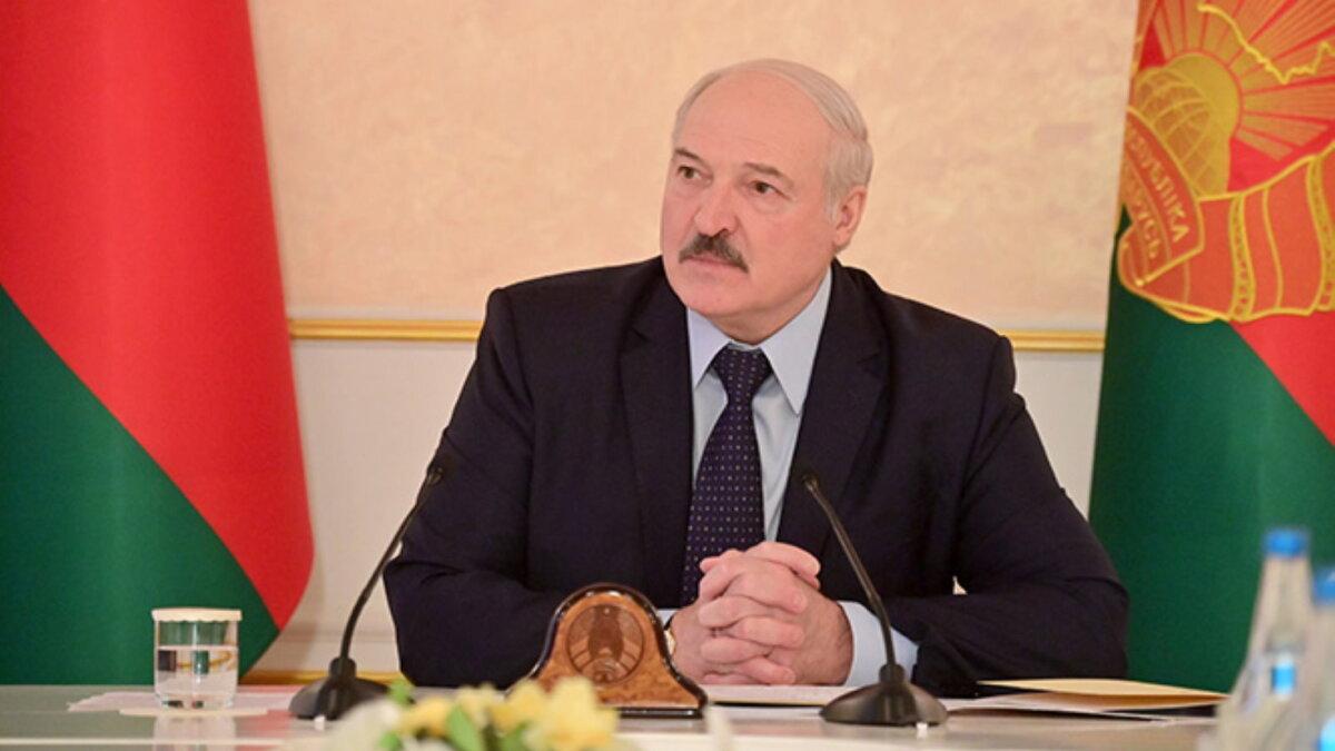 Александр Лукашенко сидит один