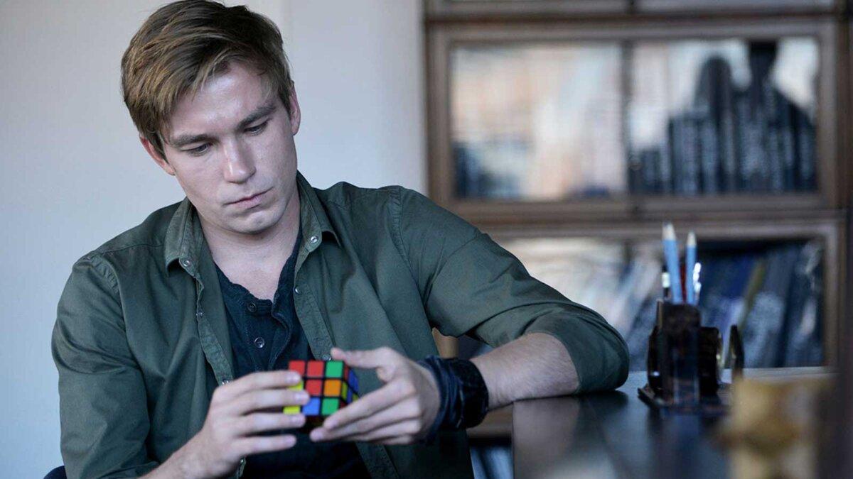 Александр Петров сидит дома кубик рубика