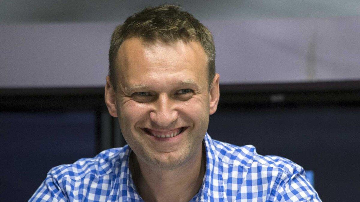 Алексей Навальный улыбается