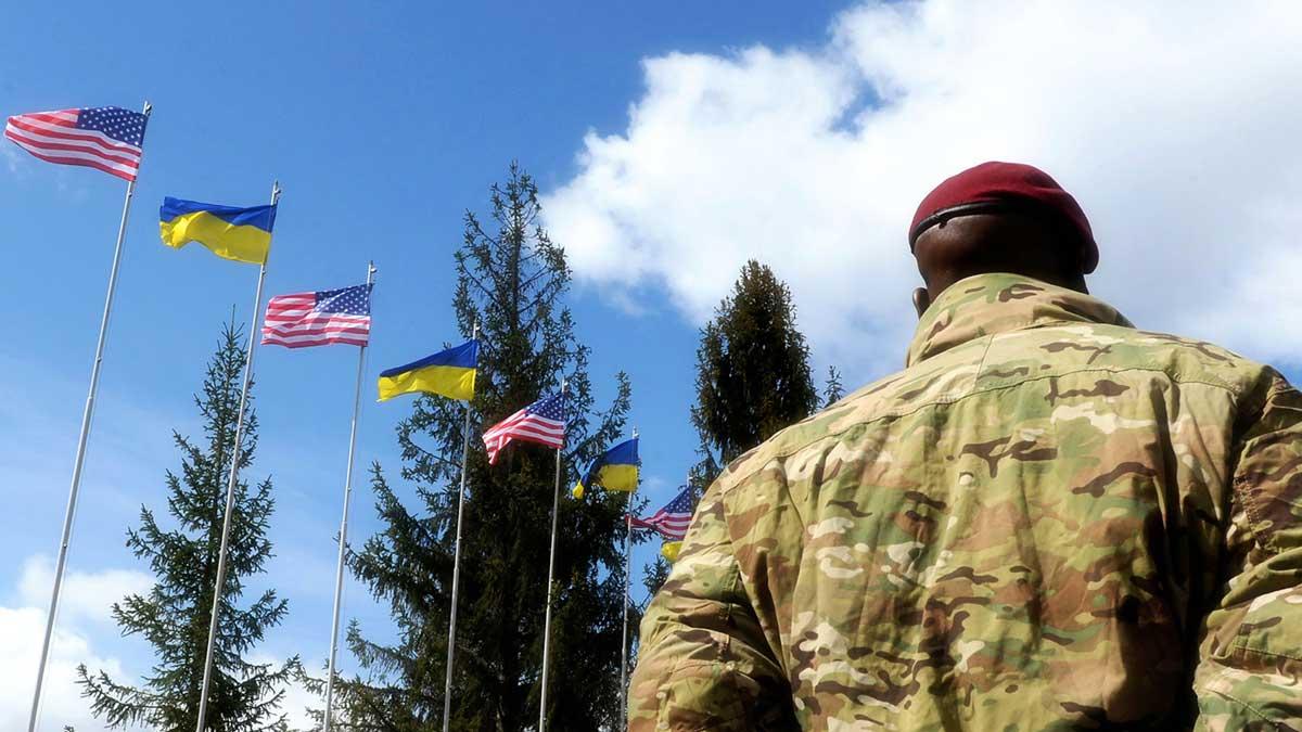 Американский солдат на фоне украинского и американского флага American Soldiers and flags of the Ukraine and USA at background