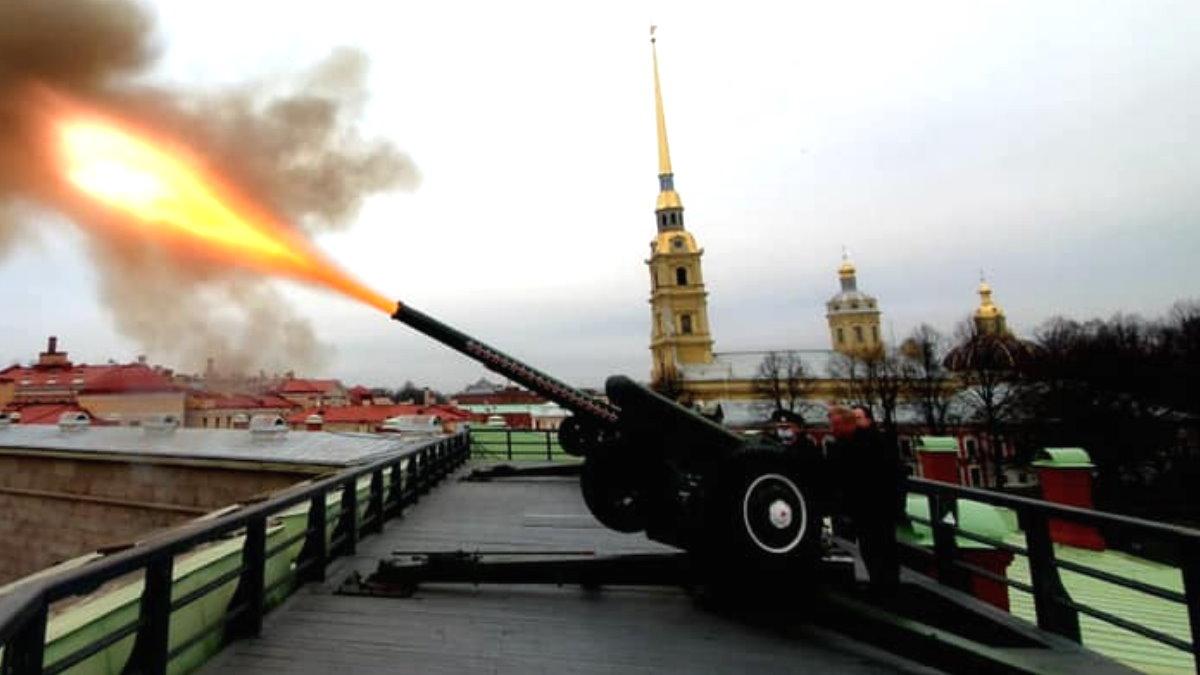 Анатолий Чубайс выстрелил из гаубицы Д30