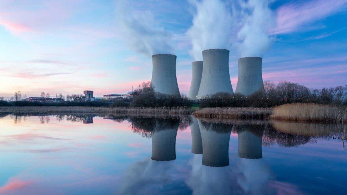 Атомная электростанция после заката