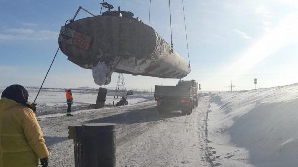 Автоцистерна с серной кислотой перевернулась В Казахстане