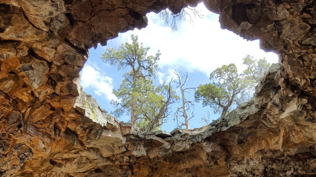 Пещера Big Skylight Cave Национальный памятник Эль Мальпаис штат Нью-Мексико США