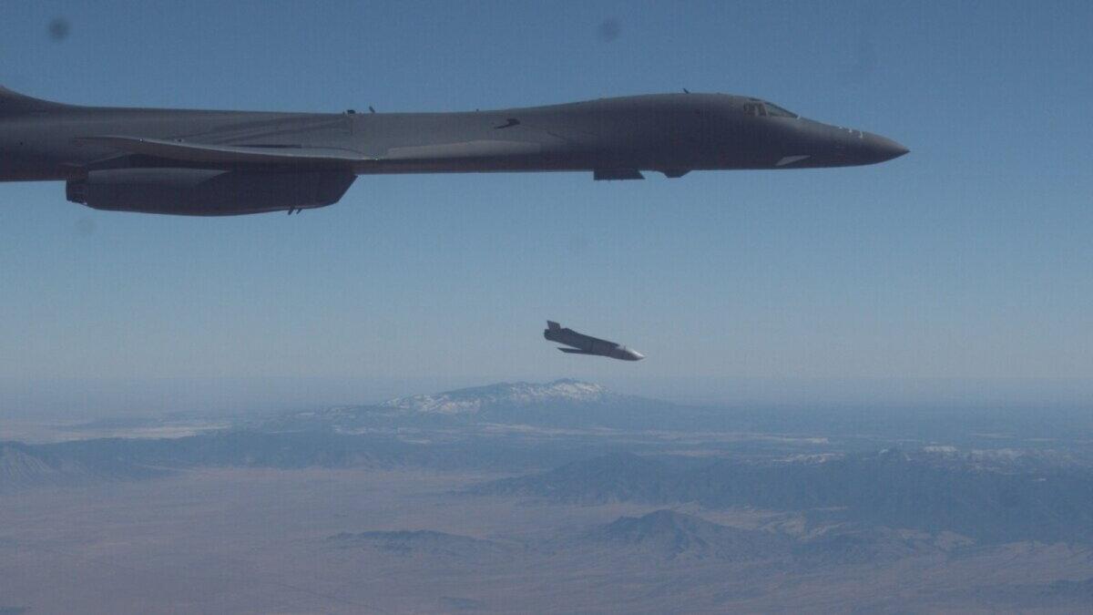 Бомбардировщик США B-1B запустил крылатую ракету AGM-158 JASSM
