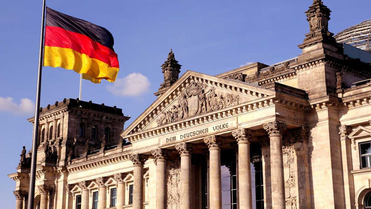 Бундестаг с флагом The German Bundestag with flag