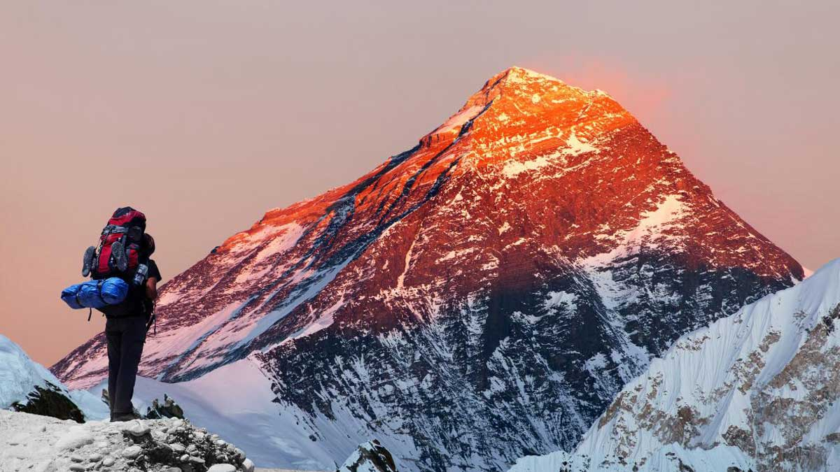Человек смотрит на гору Эверест закат