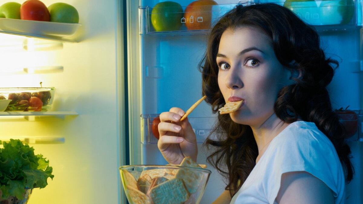 Ночь холодильник ночной перекус женщина диета похудение крекеры