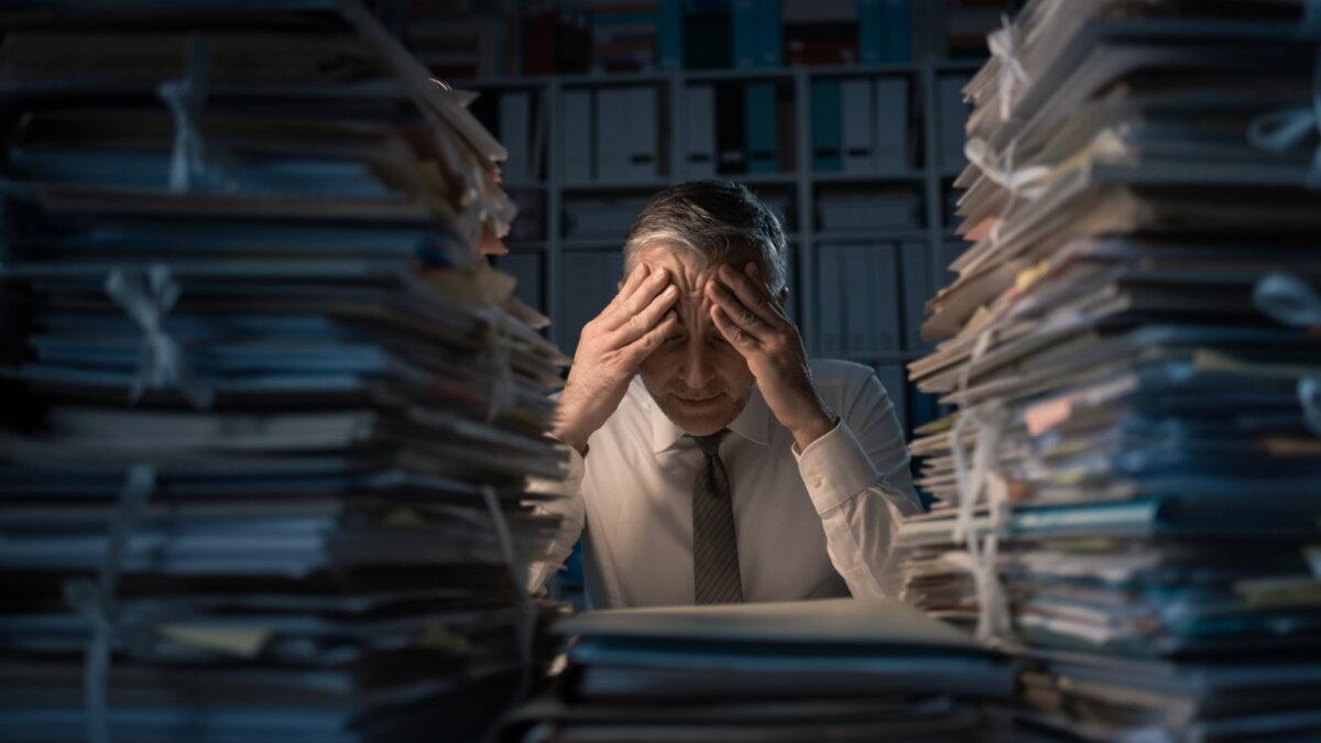 Офисный работник завален работой ночью переработка ненормированный рабочий день усталость